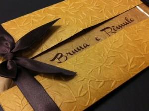 Convite de casamento com laço, textura e recorte especial